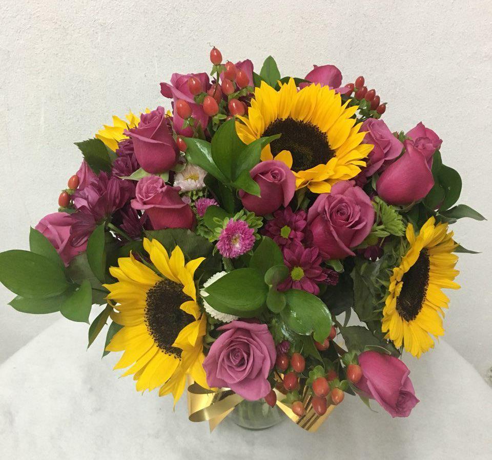 Arreglo Floral Con 18 Rosas Moradas Girasoles Y Margaritas