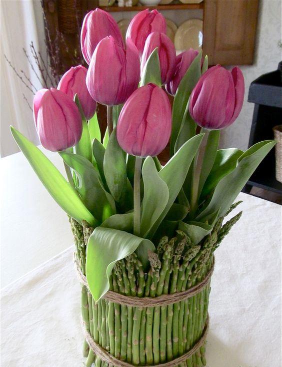 Arreglo Floral Con Tulipanes Y Espárragos