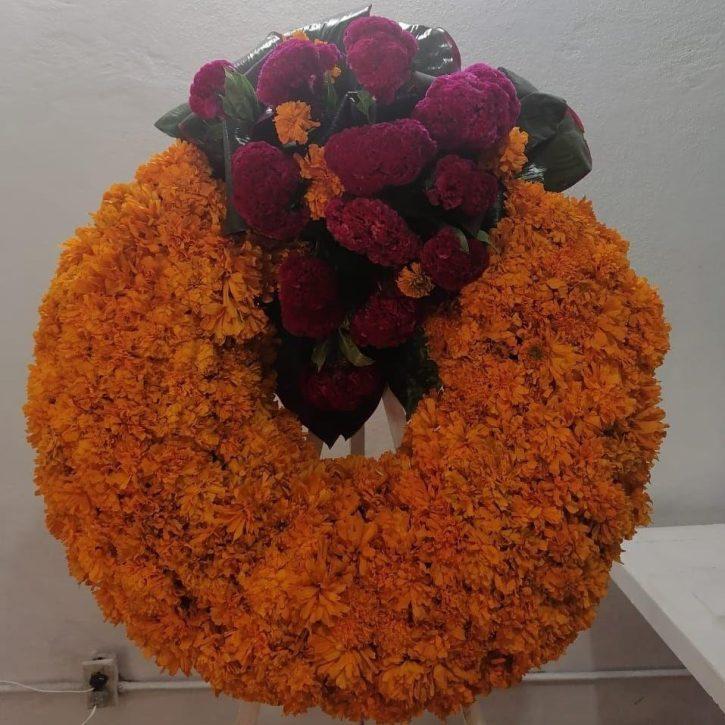 Corona fúnebre con Cempasuchil
